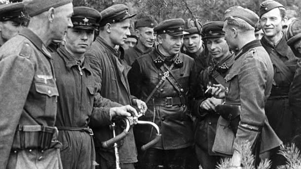 Милая беседа на земле оккупированной Польши между бойцами Вермахта и Красной армии