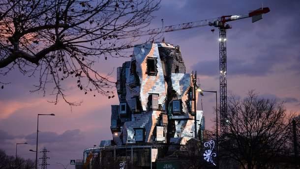 Здание нового культурного центра в городе Арль на юге Франции