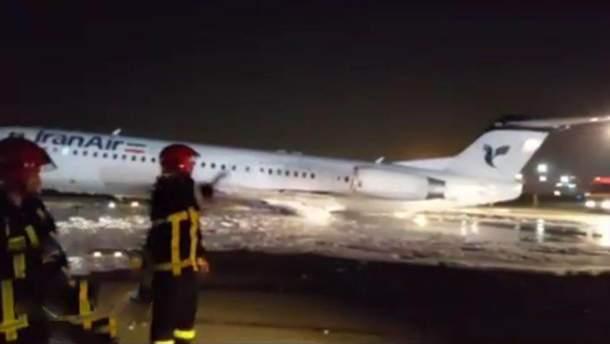 В Тегеране загорелся самолет, на борту которого находились 100 пассажиров