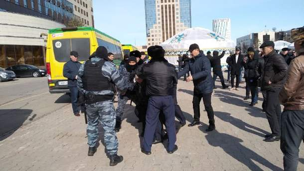 Задержание протестующих в столице Казахстана