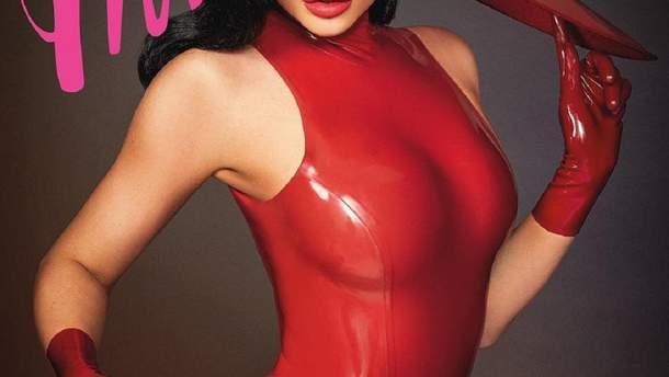В красном латексе: Кайли Дженнер ошеломила манящим образом для глянца – фото