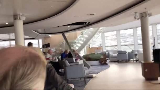Хвилі за вікном і паніка у пасажирів