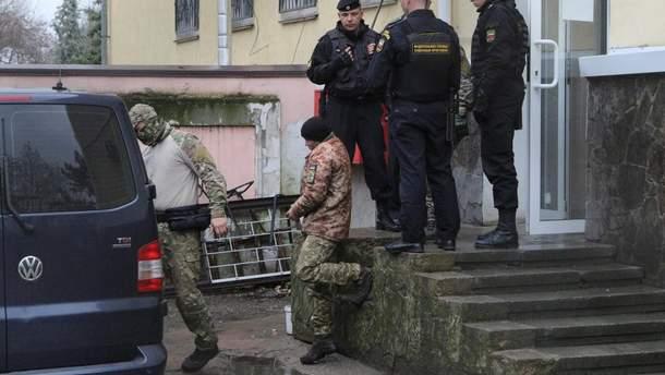 Суд в Москве оставил под стражей еще четырех украинских моряков