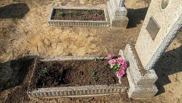 На Донбасі біля лінії розмежування на кладовищі підірвалася жінка