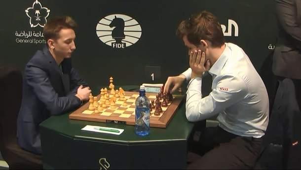 ЧС-2017 з бліцу. Олександр Бортник (ліворуч) проти чемпіона світу з класики Магнуса Карлсена