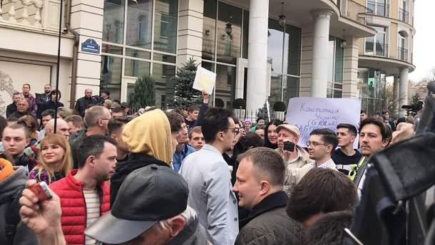 Возле офиса Зеленского митингуют его сторонники и противники