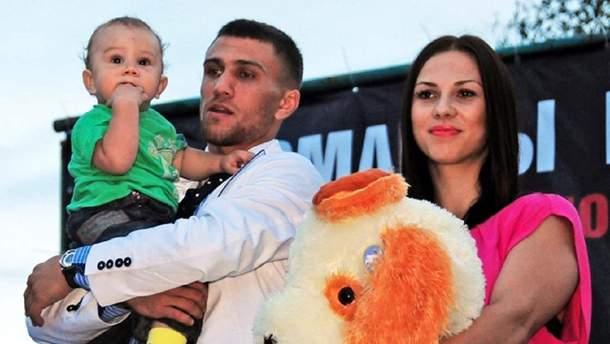 Василь Ломаченко з дружиною та сином