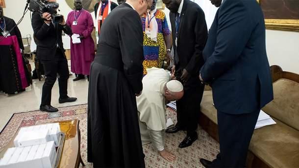 Папа Франциск поцілував ноги лідерам Південного Судану, аби ті зберегли мир