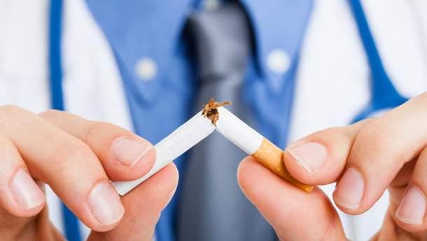 Щоденно курять майже половина українських чоловіків і кожна десята жінка