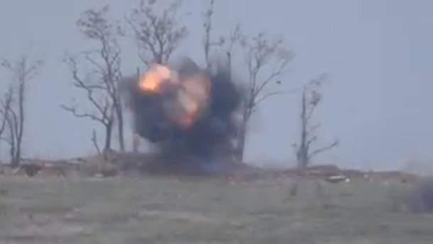 В сети появилось эффектное видео уничтожения позиции боевиков на Донбассе