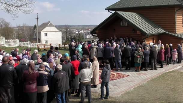 Общины церквей проводили богослужения бок о бок и одновременно