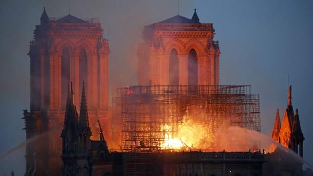 Крупный пожар в Нотр-Даме