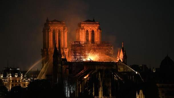 Як парижани оговтуються від пожежі у Нотр-Дамі