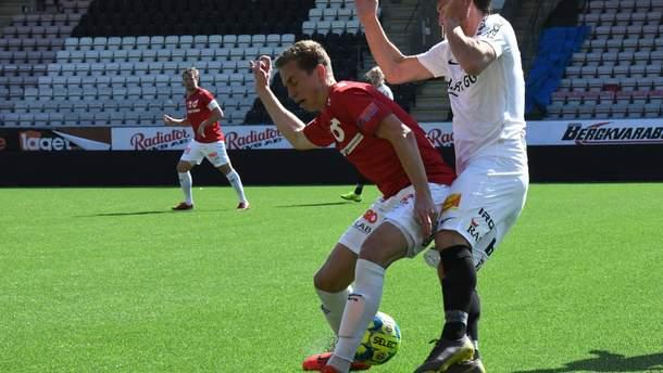 Футболист получил курьезную травму глаза, когда выходил на замену: видео