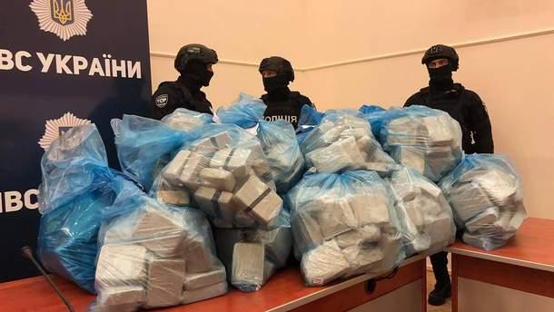 Поліція принесла на брифінг 300 кілограмів героїну