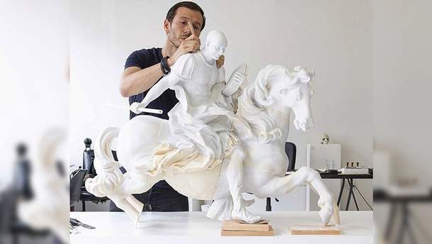 Скульптура Безоса в роли полководца
