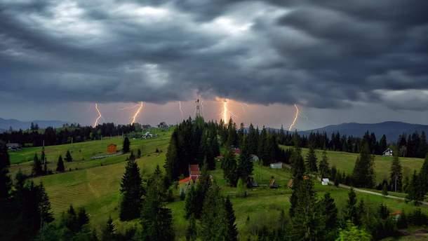 Сильні грози та вітер в Україні - області де чекати негоду