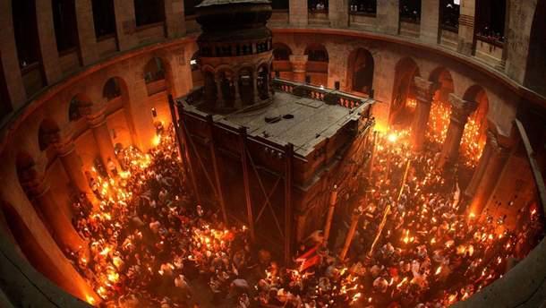 Благодатний вогонь  з Храму Гробу Господнього прибув до України