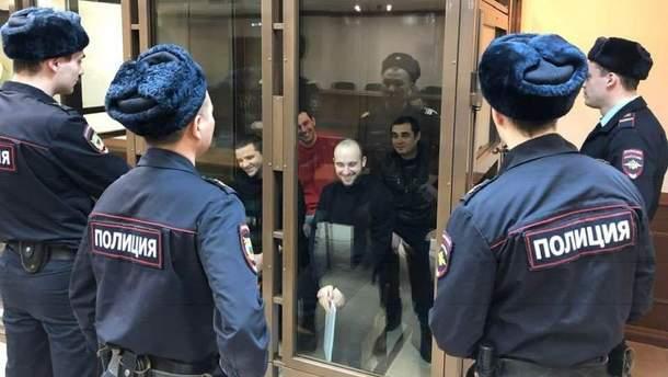 Українці у Москві привітали передали полоненим морякам святкові пакунки-кошики із привітальними листівками