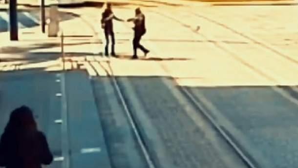 Поліцейський врятував сліпу дівчину, яка ледь не потрапила під трамвай в Іспанії