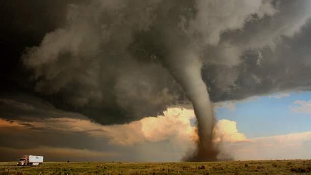Очевидці зняли на відео утворення величезного торнадо в Румунії