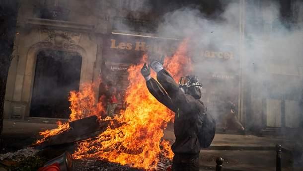 Фото з Парижа, де 1 травня спалахнули сутички між демонстрантами і поліцією