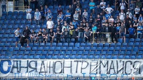 """Фанати """"Дніпра"""" виставили на аукціон футболку легенди клубу задля порятунку раненого військового"""