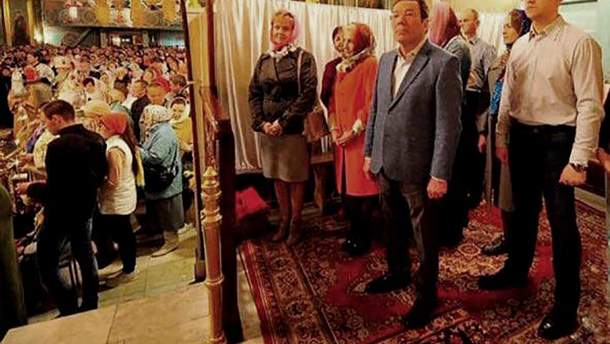 Російські чиновники відгородились ширмою від парафіян у храмі на Великдень