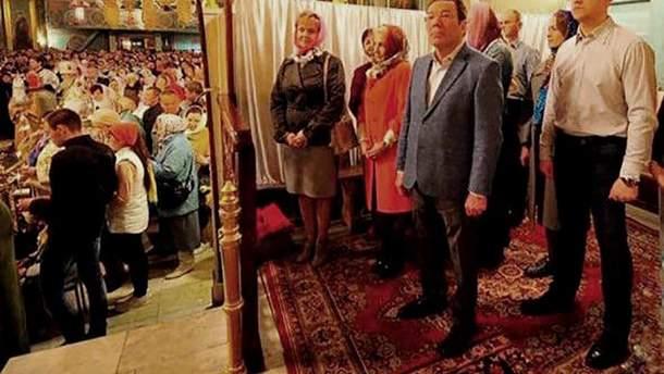 Российские чиновники отгородились ширмой от прихожан в храме на Пасху