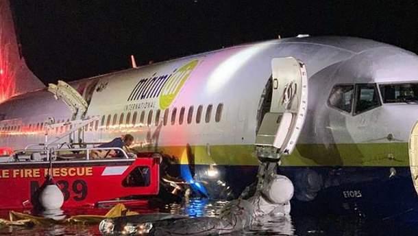 Літак з понад 140 пасажирами на борту з'їхав у річку
