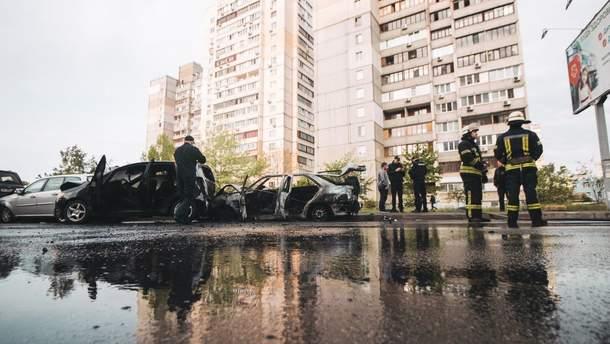 У Києві на Позняках авто згоріло внаслідок зіткнення з іншими машинами: щонайменше одну людину госпіталізували