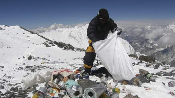 Волонтеры вывезли из Эвереста три тонны мусора