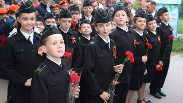 В школах оккупированного Симферополя школьников заставляют надевать георгиевские ленты