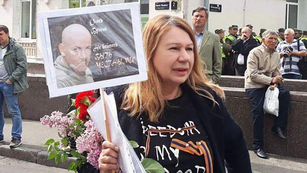 Олену Бережна затримали за георгіївську стрічку
