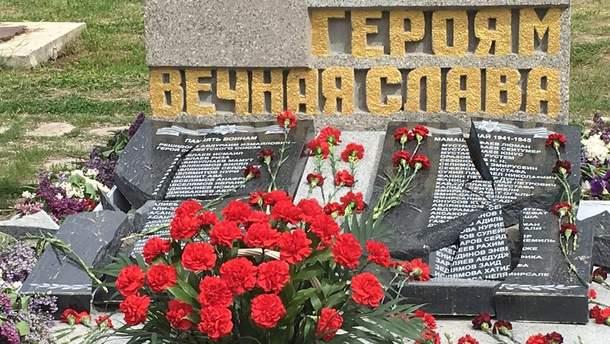 У Криму розбили пам'ятник загиблим на війні кримським татарам: фото