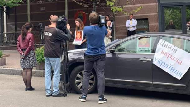 Фото з-під будівлі посольства у Києві