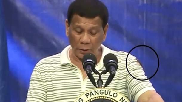 Гигантский таракан заполз на президента Филиппин во время выступления: курьезное видео