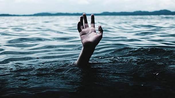 Под Киевом из пруда достали тело мужчины