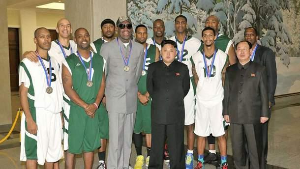 Ким Чен Ын с Денисом Родманом и баскетболистами