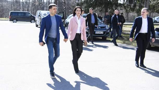 Володимир Гройсман поряд із дружиною