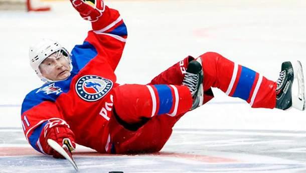 Путин во время игры в хоккей грохнулся на лед