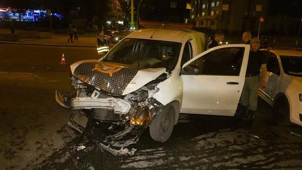 В Киеве Mercedes столкнулся с автомобилем службы охраны