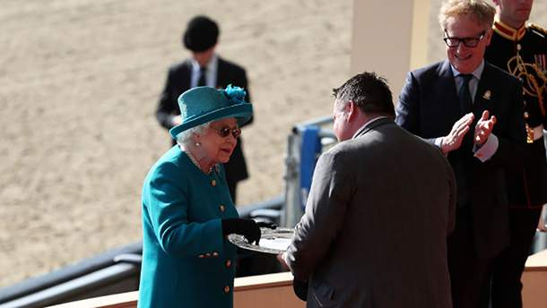 В яскравому пальті та сонцезахисних окулярах: новий вихід королеви Єлизавети ІІ (фото)