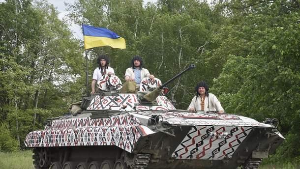 Украинские военные надели вышиванки и символически раскрасили БМП
