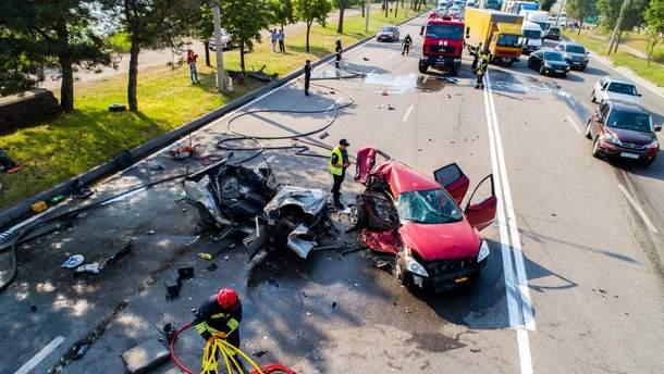 В Днепре на Маршала Малиновского столкнулись три легковушки: погибли супружеская пара и 11-летний ребенок
