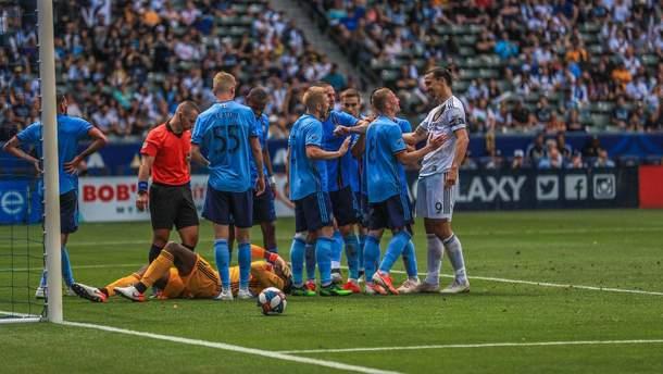 Златана Ібрагімовіча дискваліфікували на два матчі за напад на воротаря під час матчу: відео
