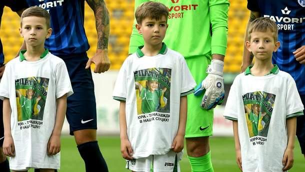 """Львовские"""" Карпаты """" перед матчем почтили память 8-летнего фаната, который погиб в ДТП: фото"""