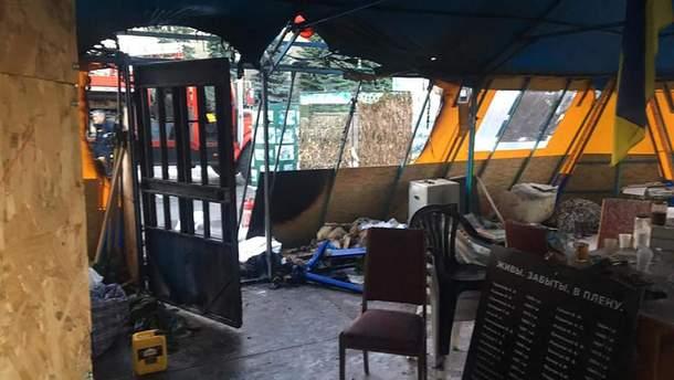 Неизвестные подожгли волонтерскую палатку в центре Харькова
