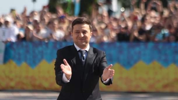 Під час інавгурації впало президентське посвідчення Зеленського (відео)