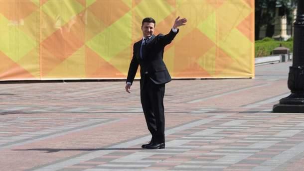 Владимир Зеленский пришел к Администрации Президента пешком